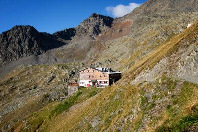 aussenansicht-aufstieg-innsbrucker-huette-berg-panorama-bergerlebnis-sommer