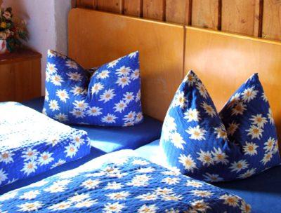 gemuetliche-doppelzimmer-schlafen-urlaub-innsbrucker-huette-stubaier-alpen