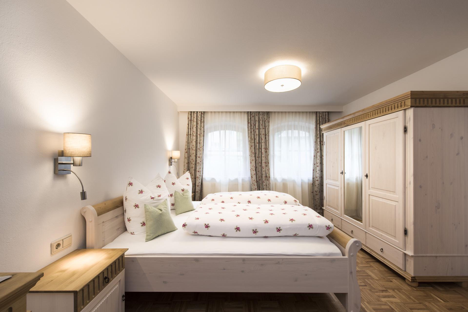 gemuetliches-schlafzimmer-ferienwohnung-siebenschlaefer-urlaub-in-neustift-stubaital